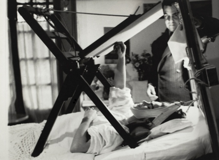 Frida painting in bed, anonymous photographer, 1940. © Frida Kahlo Museum.